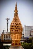 Vassoio dorato tailandese del loto di stile tradizionale con la scultura del piedistallo Fotografia Stock