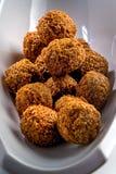 Vassoio fantastico ed irresistibile delle palle appena-fritte del falafel fotografie stock