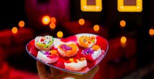 Vassoio a forma di dei sushi del fuoco di biglietti di S. Valentino del cuore molle di giorno fotografia stock