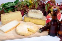 Vassoio francese del formaggio con birra Fotografia Stock Libera da Diritti