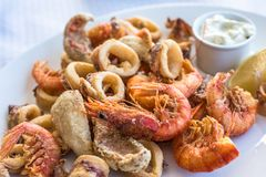 Vassoio fritto in grasso bollente misto del pesce, del gamberetto e del calamaro fotografia stock