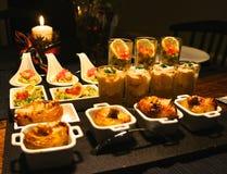 Vassoio gastronomico festivo dell'aperitivo Immagine Stock