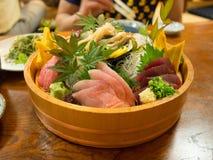 Vassoio meravigliosamente presentato dei sushi a Tokyo Fotografie Stock