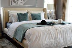 Vassoio nero di insieme di tè con i cuscini bianchi e verdi sul letto Fotografia Stock Libera da Diritti