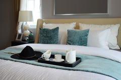 Vassoio nero di insieme di tè nella camera da letto classica di stile Fotografie Stock Libere da Diritti