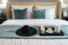 Vassoio nero di insieme di tè nella camera da letto classica di stile Fotografia Stock Libera da Diritti