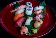 Vassoio rosso dei sushi con i sushi dei frutti di mare Fotografia Stock