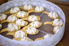Vassoio rotondo con i cucchiai del biscotto ed il dessert alla panna montato, barra di caramella di nozze Immagine Stock