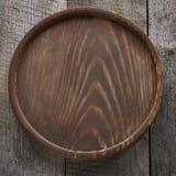 Vassoio rotondo di Brown su fondo di legno Fotografie Stock Libere da Diritti