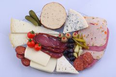 Vassoio turco tradizionale sulla tavola di legno grigia, vista superiore della prima colazione: pat? di pogaca, verdure, formaggi fotografia stock libera da diritti