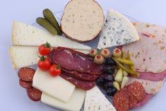 Vassoio turco tradizionale sulla tavola di legno grigia, vista superiore della prima colazione: pat? di pogaca, verdure, formaggi fotografie stock libere da diritti