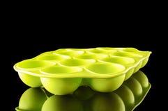 Vassoio verde del cubetto di ghiaccio del silicone con lo spazio della copia Fotografia Stock Libera da Diritti