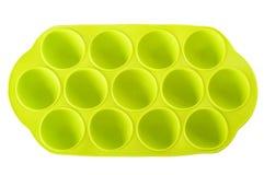 Vassoio verde del cubetto di ghiaccio del silicone sui precedenti bianchi Immagini Stock