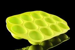 Vassoio verde del cubetto di ghiaccio del silicone sui precedenti neri Fotografia Stock Libera da Diritti