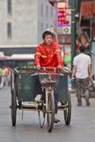 Vassoura de rua no um triciclo velho no Pequim, China foto de stock