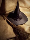 Vassoura e chapéu de bruxa fotos de stock