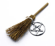 Vassoura e Pentacle da feitiçaria Imagens de Stock Royalty Free
