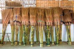 Vassouras para a venda em Kanchanaburi Tailândia fotos de stock