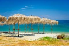 Vassparaplyer på den tomma stranden Fotografering för Bildbyråer