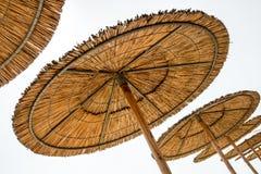 Vassstrandparaplyer Arkivfoto