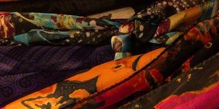 Vast geschoten van vrouwen` s kleurrijke sjaals Royalty-vrije Stock Fotografie