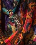 Vast geschoten van vrouwen` s kleurrijke sjaals Stock Fotografie