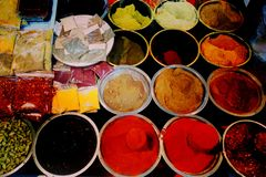 Vasta gamma georgiana di alimento tradizionale colourful sulla vendita nel negozio del mercato di viuzza - primo piano sulle spez fotografia stock