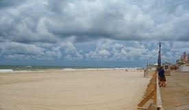 Vasta passeggiata nella riva del Jersey Mattina prima della tempesta Immagine Stock
