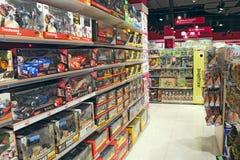 Vasta seleção dos brinquedos na loja das crianças Loja interna do brinquedo fotografia de stock royalty free