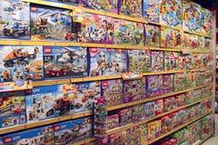 Vasta seleção dos brinquedos na loja das crianças Loja interna do brinquedo fotografia de stock