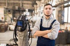 Vastberaden knappe lasser in fabrieksworkshop royalty-vrije stock foto