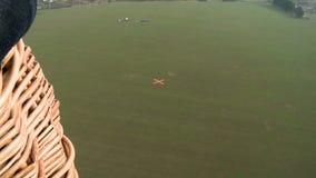 Vaste champ avec le point de vue aérienne de marque d'atterrissage banque de vidéos