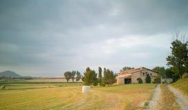 Vastes champs et fermes de blé dans les plaines de Vic image libre de droits