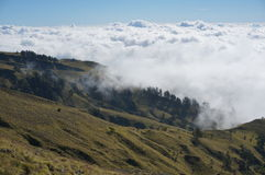 Vastes montagnes nuageuses Photo libre de droits