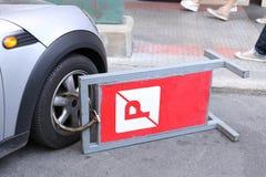 Vastgeklemd voorwiel van illegaal geparkeerde auto stock fotografie