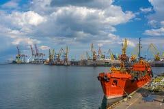 Vastgelegd rood schip in de zeehaven royalty-vrije stock fotografie