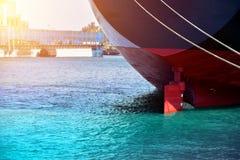 Vastgelegd schip en streng schip met leidraad opzij schip royalty-vrije stock foto's