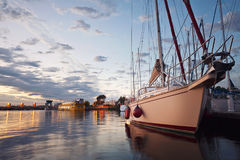 Vastgelegd varend jacht in de haven van Frankrijk royalty-vrije stock foto