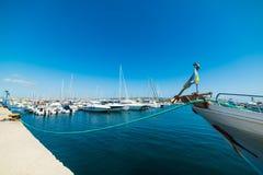 Vastgelegde boot in Alghero-haven stock afbeelding