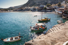 Vastgelegde boten bij zonsopgang bij Matala-strand in het Eiland van Kreta, Griekenland Royalty-vrije Stock Foto's