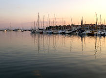Vastgelegde boten in een inham Izola Slovenië op de Adriatische kust Stock Fotografie