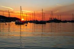 Vastgelegde jachten in de Adriatische Overzeese haven in Slovenië in de zonsondergang Royalty-vrije Stock Afbeeldingen