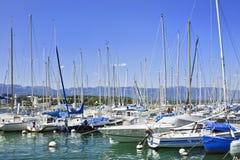 Vastgelegde jachten in een haven in Genève, Zwitserland Royalty-vrije Stock Afbeelding