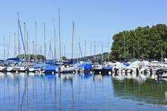 Vastgelegde jachten in een haven in Genève, Zwitserland Stock Foto's