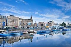 Vastgelegde reisboten die in een blauw kanaal, Amsterdam, Nederland worden weerspiegeld Royalty-vrije Stock Afbeelding