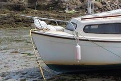 Vastgelopen boot in de haven van Le Loch stock foto