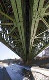 Vastgenagelde staalbrug over de Weense rivier stock foto