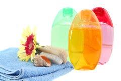 Vastgesteld geïsoleerdr douchegel, handdoek en bloem. royalty-vrije stock fotografie