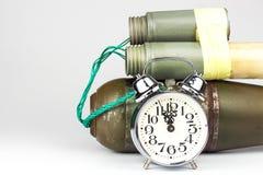 Vastgestelde bom Oude wekker met een bom gevaar van explosie Het concept terrorisme stock fotografie