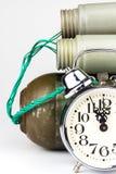 Vastgestelde bom Oude wekker met een bom gevaar van explosie Het concept terrorisme royalty-vrije stock foto